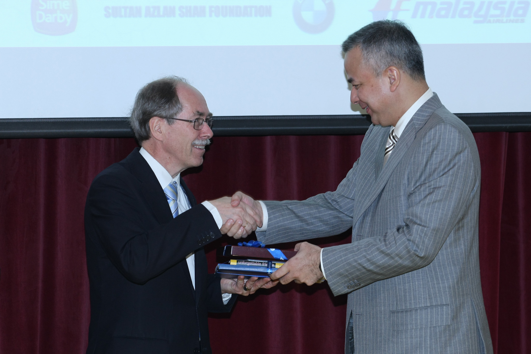 Physics Nobel Laureate Prof. Gerardus 't Hooft with HRH Raja Nazrin Shah, Crown Prince of the State of Perak and Malaysian Honorary Chairman of Bridges